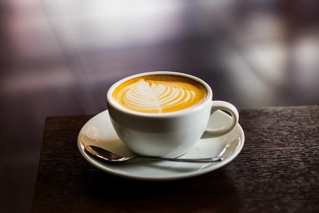 Café Latte Chaud Sur La Table Se Bouchent Photo Premium