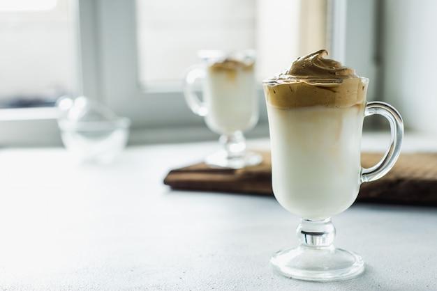 Café Latte Coréen Dalgona Avec Mousse De Café Instantané Photo Premium