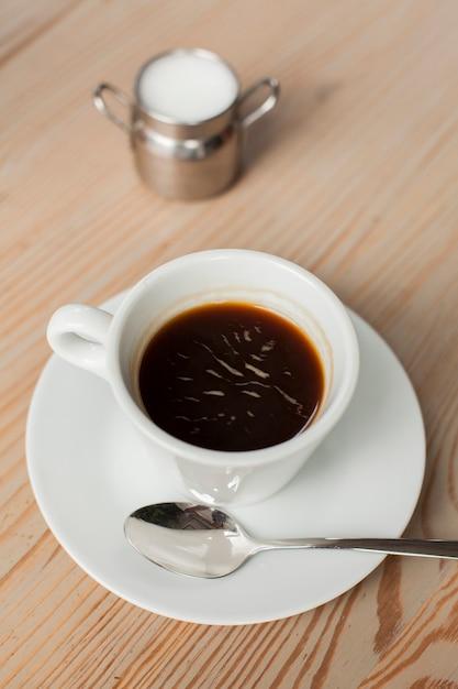 Café Noir Avec Du Lait Sur Le Bureau Au Café Photo gratuit