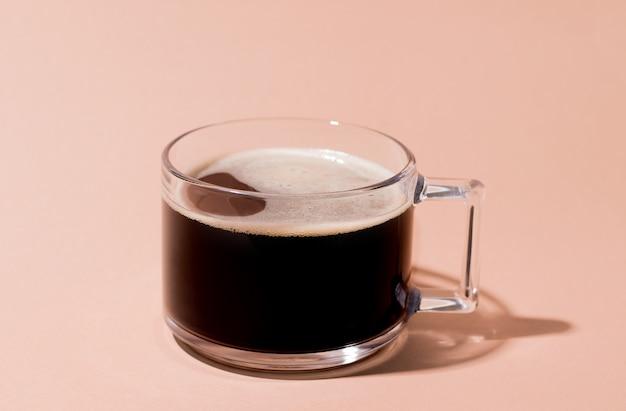 Café D'orge Noir Sur Fond Crème Photo Premium