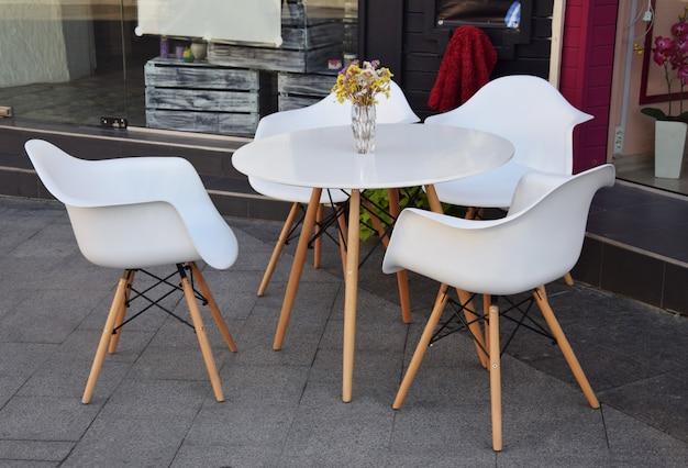 Café en plein air avec une table et des chaises Photo Premium