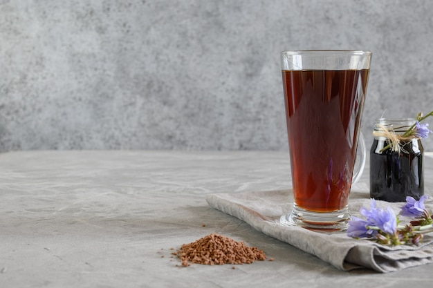 Café Racine De Chicorée Dans Des Verres Et Des Fleurs Fraîches. Avantages Pour La Santé. Instantané Et Concentré. Fermer Photo Premium