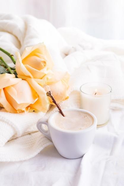 Café romantique du matin servi au lit avec bouquet de roses beiges dans un intérieur de style shabby chic Photo Premium