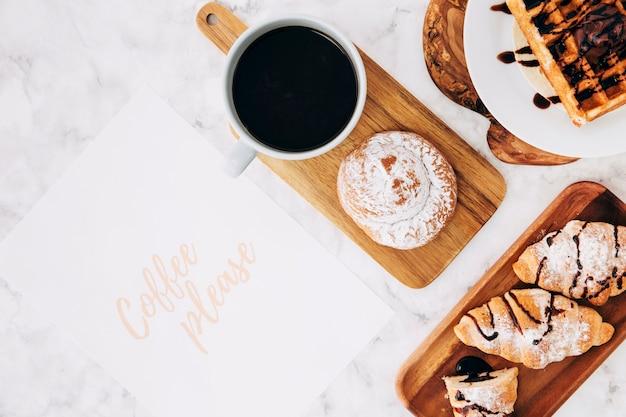 Café s'il vous plaît texte sur papier avec petit déjeuner sain et une tasse de café sur le fond de marbre Photo gratuit