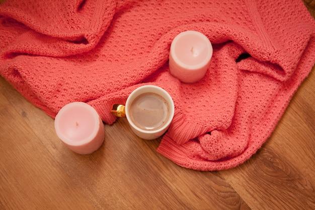Café Savoureux Ou Cacao Sur Un Espace En Bois Et Nappe Rose Photo Premium