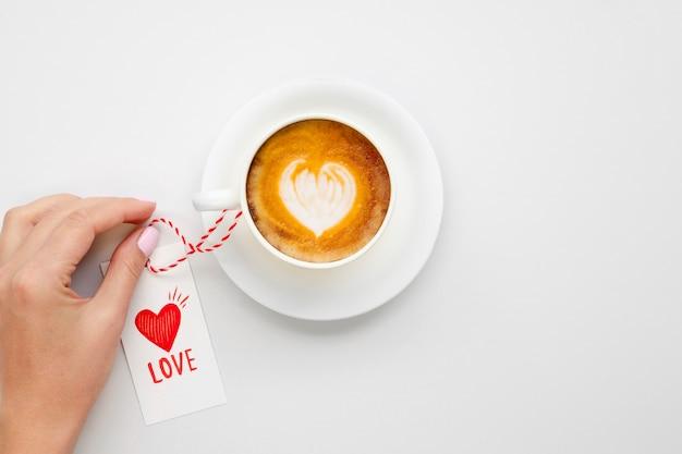 Café savoureux avec étiquette d'amour Photo gratuit