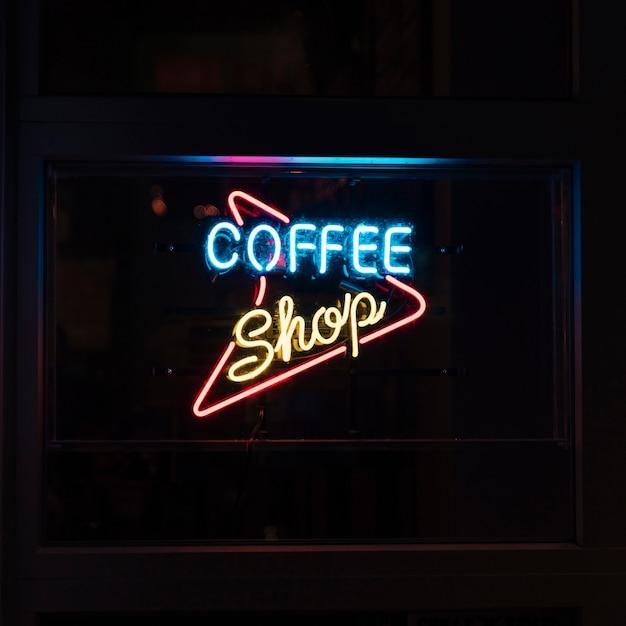 Café signe dans les néons pour les personnes nocturnes Photo gratuit