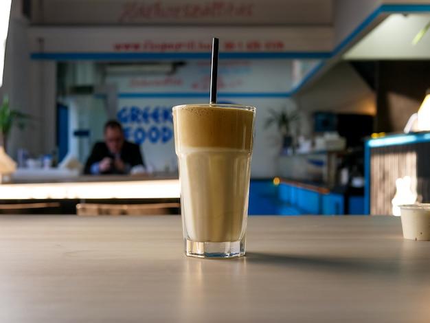 Café sur une table de restaurant Photo gratuit