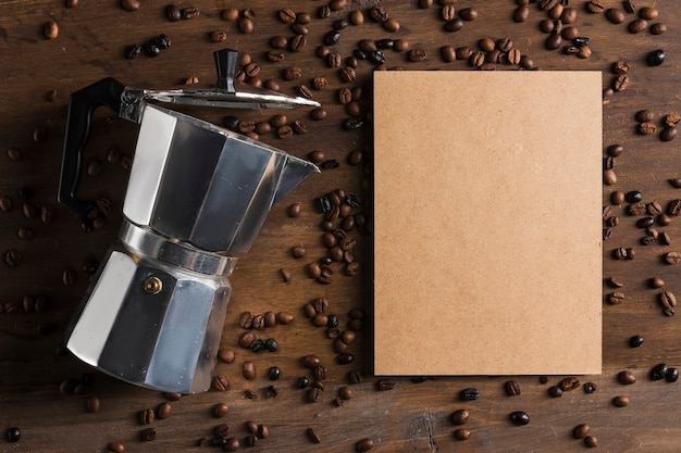 Cafetière et emballage près des haricots Photo gratuit