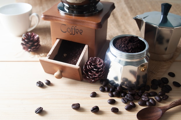 Cafetière et moulin à café en bois avec café moulu Photo Premium
