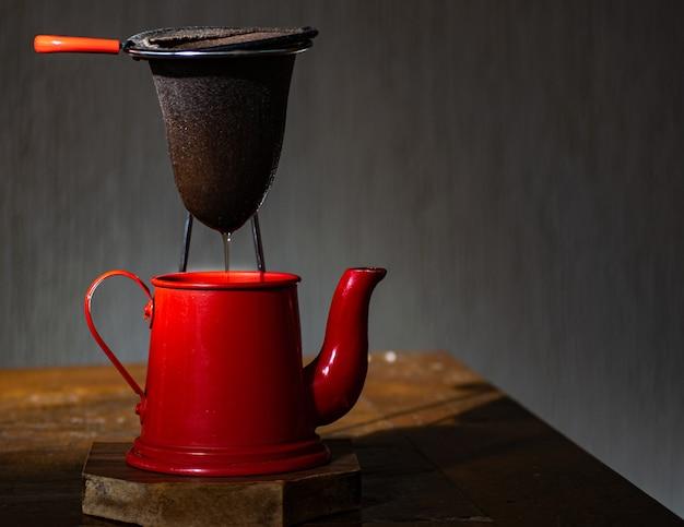 Cafetière Rouge Et Passoire En Tissu, Avec Fond Sombre Photo Premium