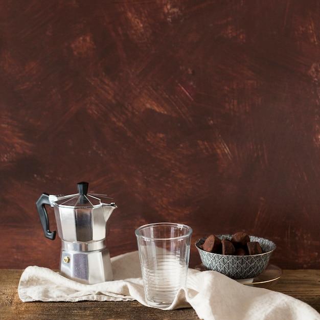 Cafetière et truffe au chocolat Photo gratuit
