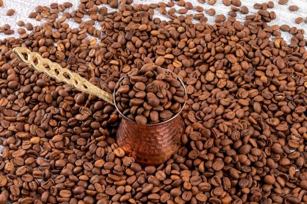 Cafetière Turque Sur Les Grains De Café Photo gratuit