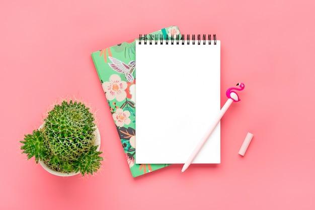 Cahier Blanc Pour Notes, Bougie, Stylo - Flamant Rose, Fleur De Maison Succulente, Fond Rose Photo Premium