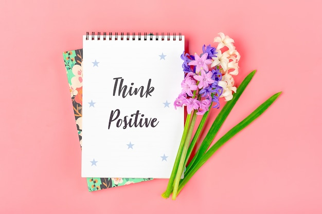 Cahier Blanc Pour Notes, Bouquet De Fleurs De Jacinthes Sur Table Rose Photo Premium