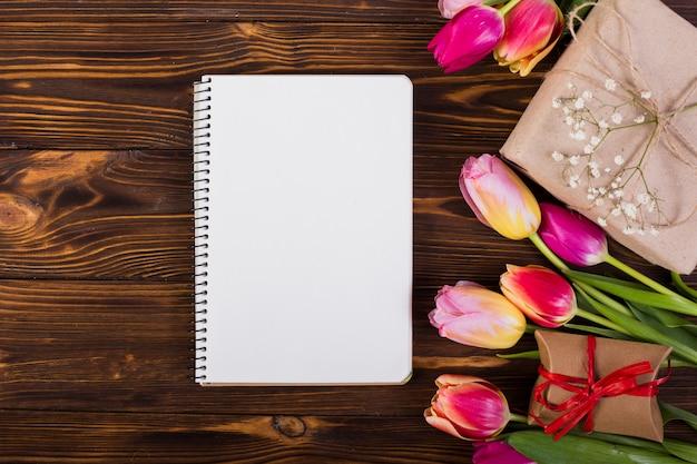 Cahier à cadre décoré de tulipes et de boîtes à cadeaux Photo gratuit
