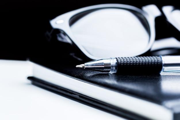 Cahier, crayon et lunettes Photo Premium