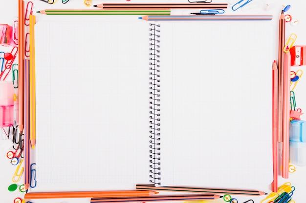 Cahier d'exercices avec la papeterie scolaire Photo gratuit