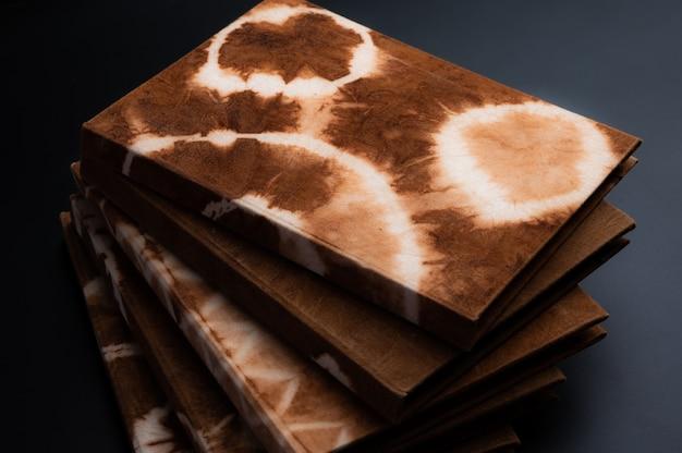 Cahier Fait à La Main, Fabriqué à Partir De Tissu Teint Naturel Et De Papier Artisanal Photo Premium