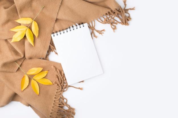 Cahier, Feuilles D'automne, Plaid Sur Fond Blanc. Photo Premium