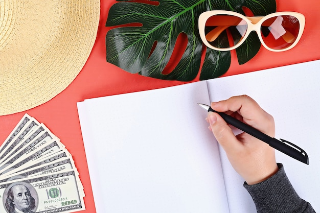 Cahier sur fond de corail. concept de l'été. se préparer pour les vacances. Photo Premium