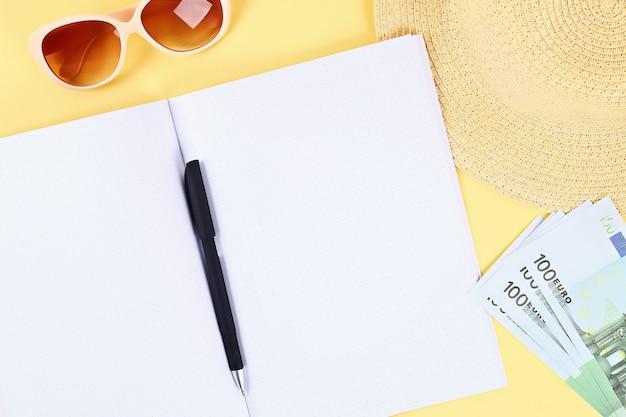 Cahier sur fond jaune. concept de l'été. se préparer pour les vacances. Photo Premium