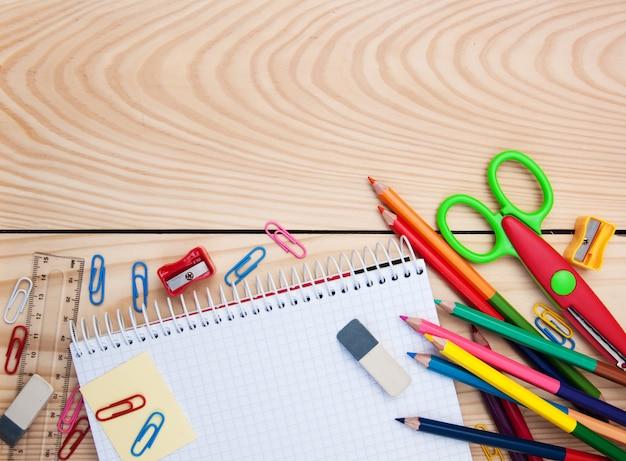 Cahier avec fournitures scolaires Photo Premium