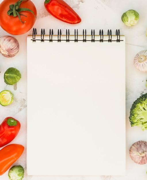 Cahier et légumes Photo gratuit