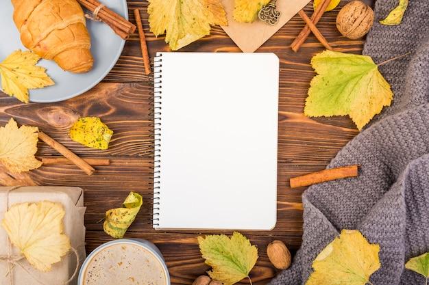 Cahier minimaliste vue de dessus avec maquette Photo gratuit