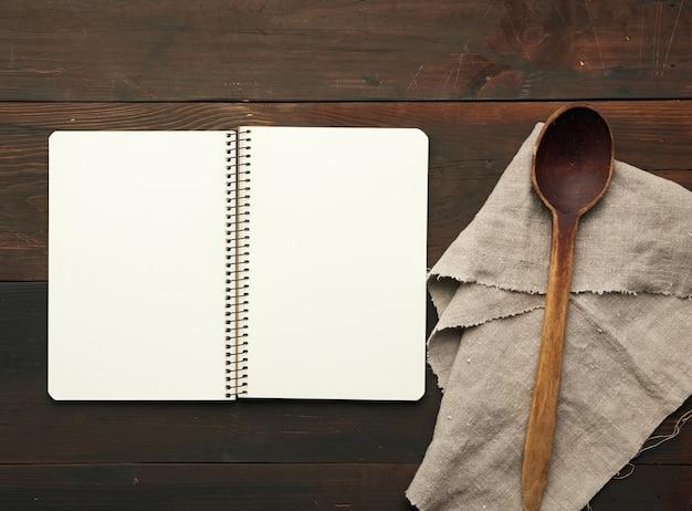Cahier Ouvert Avec Des Draps Blancs Vierges Et Des Ustensiles De Cuisine Photo Premium