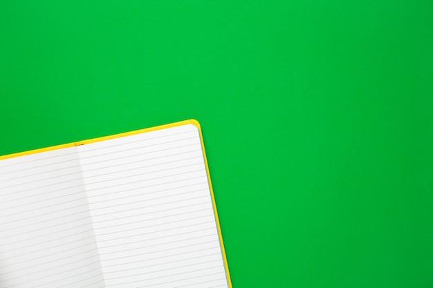 Cahier avec des pages blanches sur vert Photo Premium