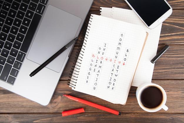 Cahier en papier avec le mot blogging, concept de média portable computer.social Photo Premium