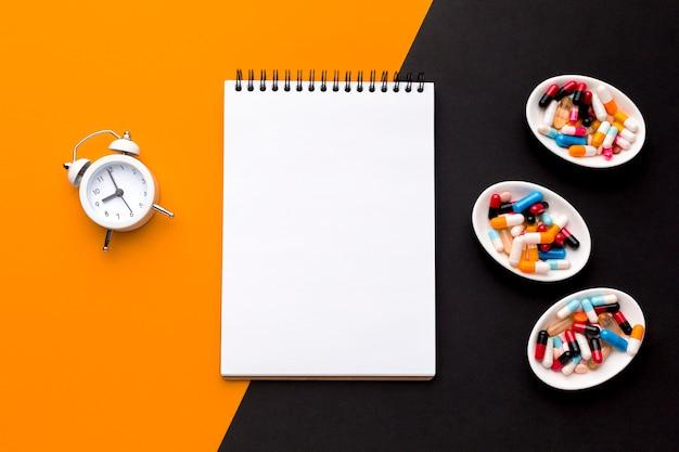 Cahier Avec Pilules Et Horloge Photo gratuit
