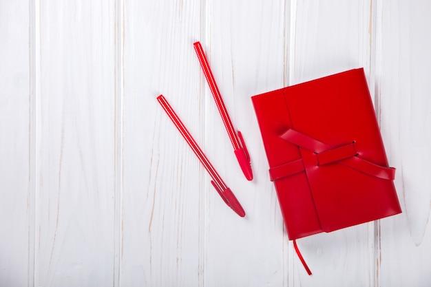 Cahier rouge avec stylo business concept Photo Premium