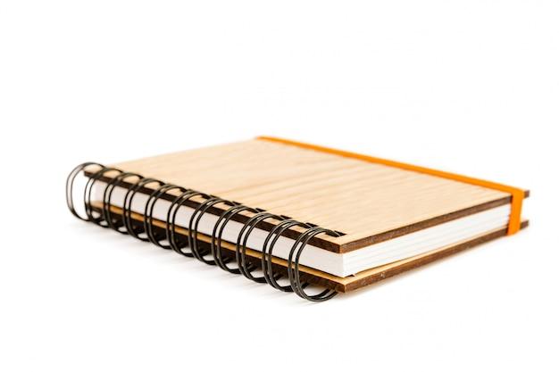 Cahier à spirale de poche avec couvercle en bois massif isolé Photo Premium
