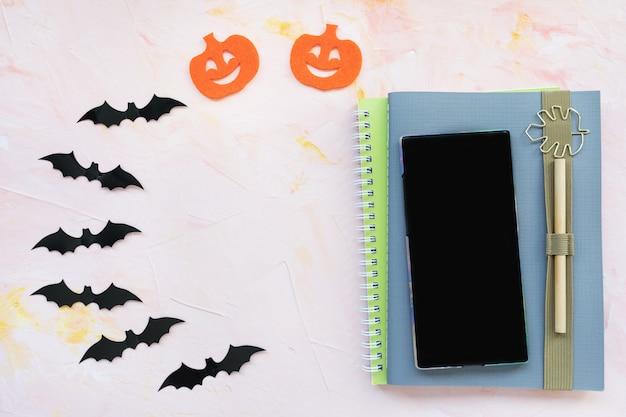 Cahier, stylo, potiron, chauve-souris et fond Photo Premium