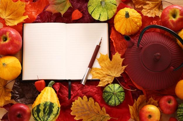 Cahier vide avec feuille d'érable, pommes et citrouilles Photo Premium