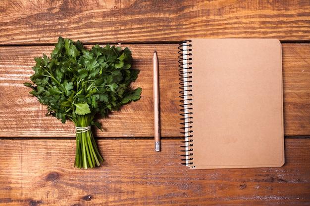 Cahier Vierge Et Crayon Avec Un Bouquet D'herbes Sur Table En Bois Photo gratuit