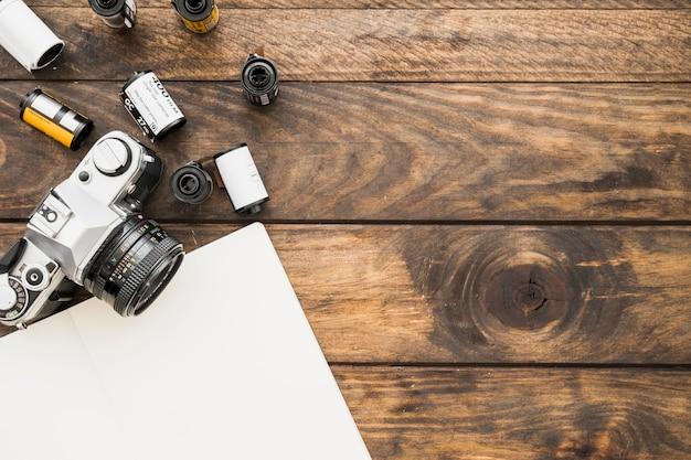 Cahier vierge près de la caméra et des cartouches Photo gratuit