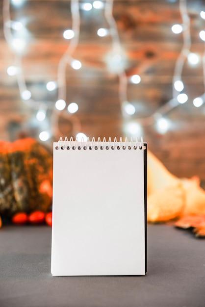 Cahier vierge sur la table Photo gratuit