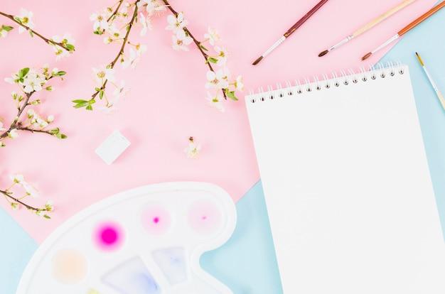 Cahier vue de dessus avec branches florales Photo gratuit