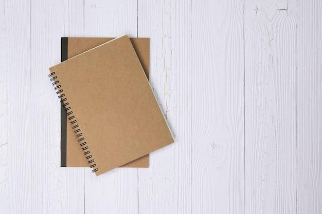 Cahier sur la vue de dessus de table en bois Photo Premium