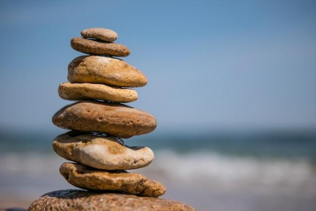 Cairn sur fond de mer. pyramide Photo Premium
