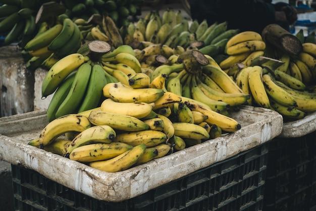 Caisse de bananes mûres Photo gratuit