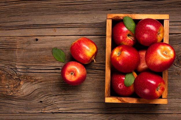Caisse plate avec des pommes mûres avec espace de copie Photo gratuit