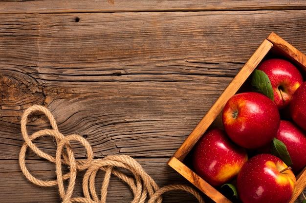 Caisse Plate Avec Des Pommes Mûres Avec Fond Photo gratuit
