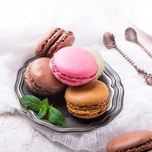 Cake macaron ou macaron, biscuits aux amandes colorés Photo Premium
