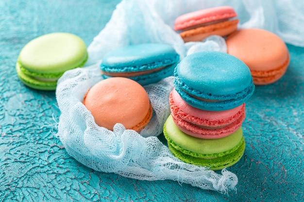 Cake macaron ou macaron, biscuits aux amandes colorés. Photo Premium