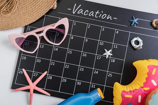 Calandar de vacances avec caméra et articles de voyage, vue de dessus Photo Premium