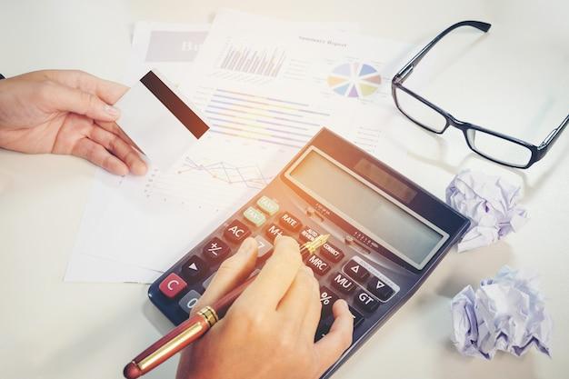 Calcul de la facture avec le tableau de rapport de carte de crédit au travail. Photo Premium